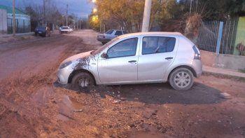 un auto quedo empantanado en un desborde cloacal en el barrio confluencia