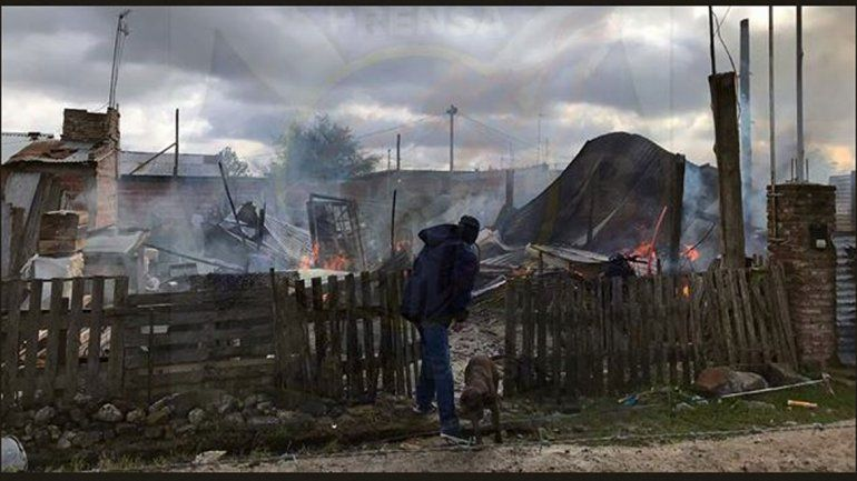 Dejó encerrados a sus hijos, se quemó la casa y murieron