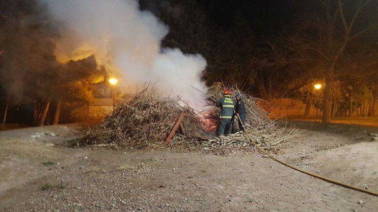 Vándalos quemaron las ramas para la fogata de San Juan