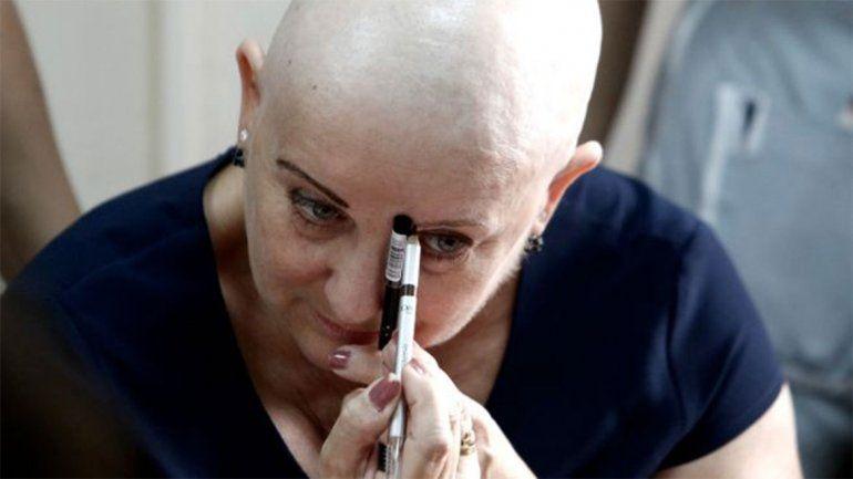 El maquillaje terapéuticose utiliza para acompañar a personas que estén atravesando un proceso de tratamiento de quimioterapia por enfermedad oncológica.