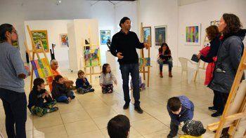 Sergio Caffarena e Ignacio Mora charlan con los chicos que participaron de esta experiencia con el arte.