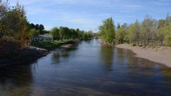un hombre quedo varado del otro lado del rio y tuvo que ser rescatado por bomberos