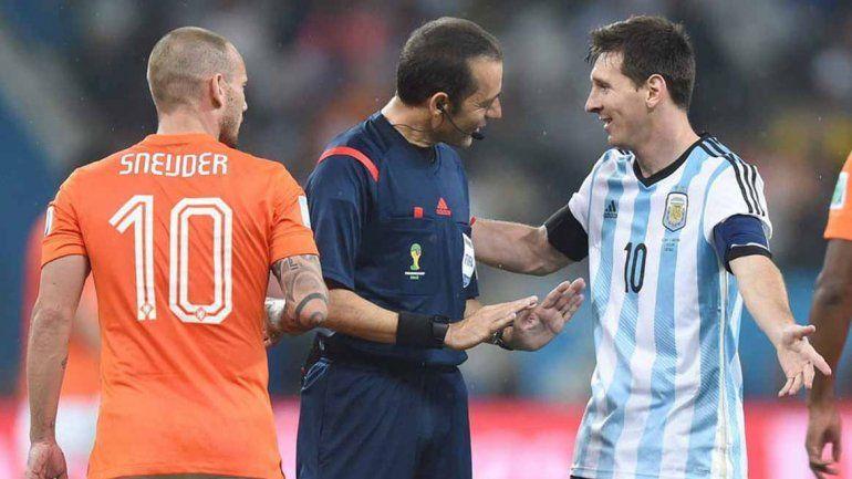 Dirigió Argentina-Holanda en las semifinales de Brasil 2014.