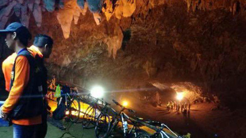 Desde hace tres días, 12 nenes siguen atrapado en una cueva en Tailandia