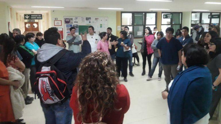 Paran el hospital de Centenario por el despido de una empleada