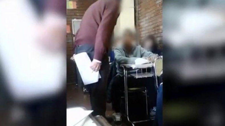 El video muestra claramente cómo el profesor agrede al adolescente.