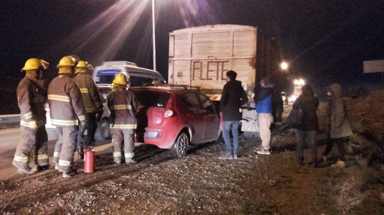 Un auto se metió debajo de un camión y dos ocupantes resultaron heridos