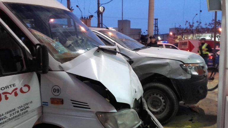 Camioneta cruzó en rojo y chocó a transporte escolar que trasladaba a cuatro chicos
