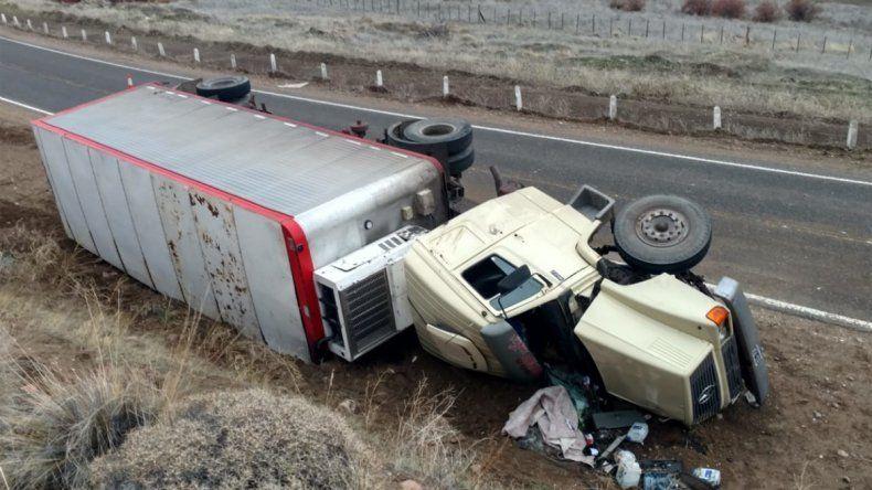 Un persona resultó herida tras volcar un camión sobre la ruta 234