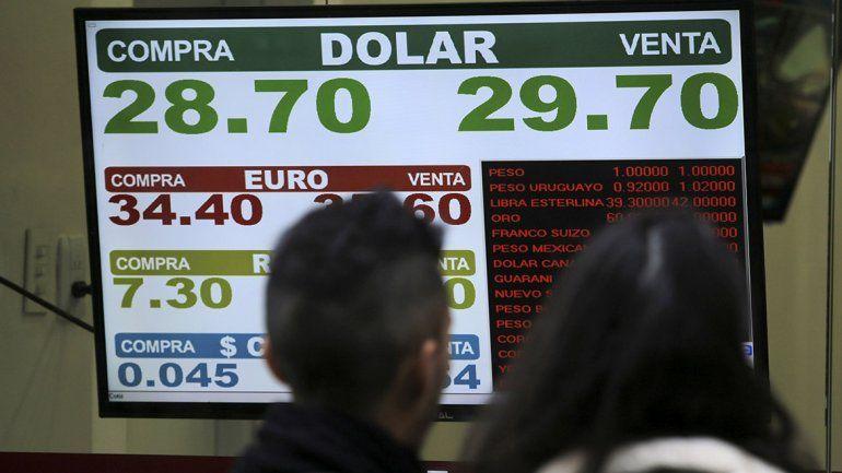 Sin freno: el dólar rozó los 30 pesos a pesar de intento del Central