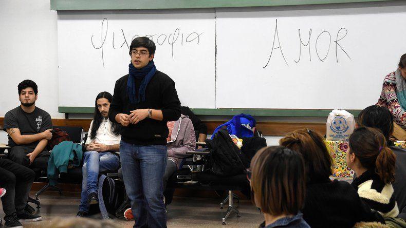 El amor fue el tema de debate propuesto por el grupo de estudiantes que convocó a más de 120 personas.
