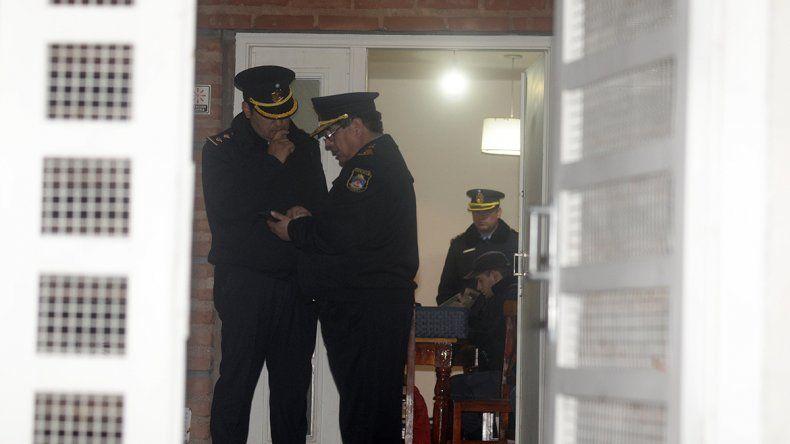 Personal policial durante el allanamiento a la casa de calle Palacios al 600.