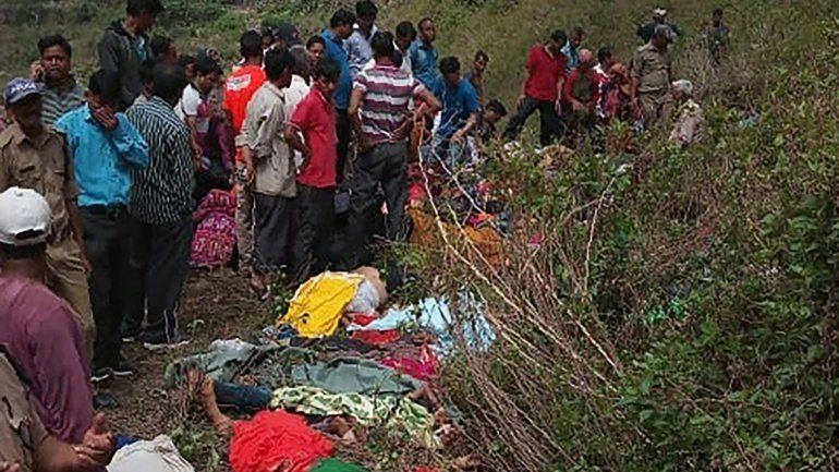 El micro se precipitó desde unos 213 metros en el norte de la India.