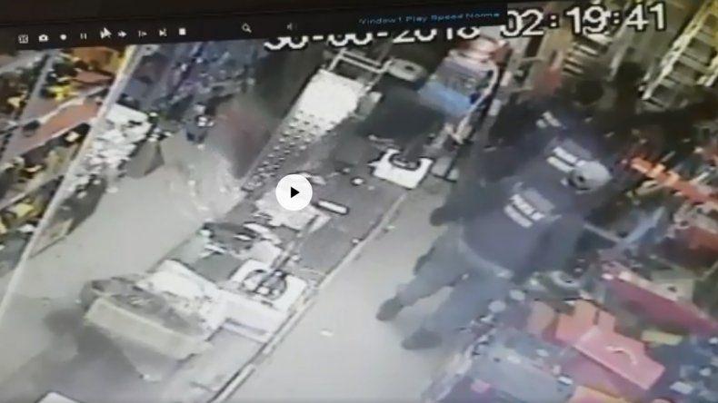 Así atraparon a un hombre que entró a robar por el techo en un local del Bajo