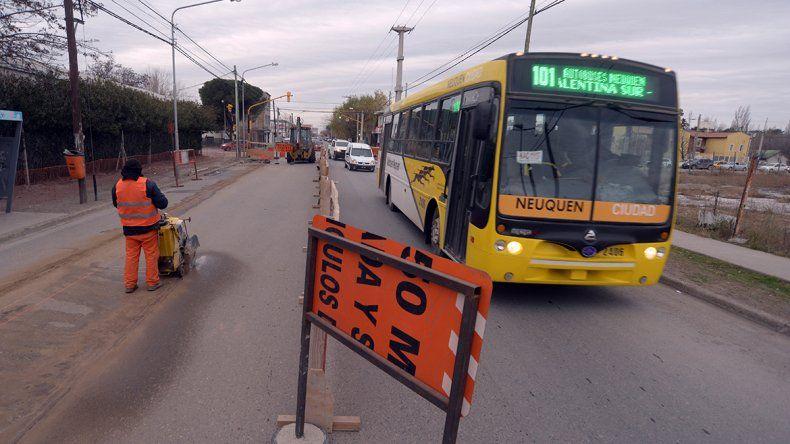 Una obra complica el tránsito en el barrio Huiliches