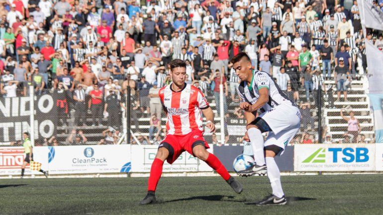 López Quintero es un central sólido que maneja bien el juego aéreo. Jugó en Lincoln