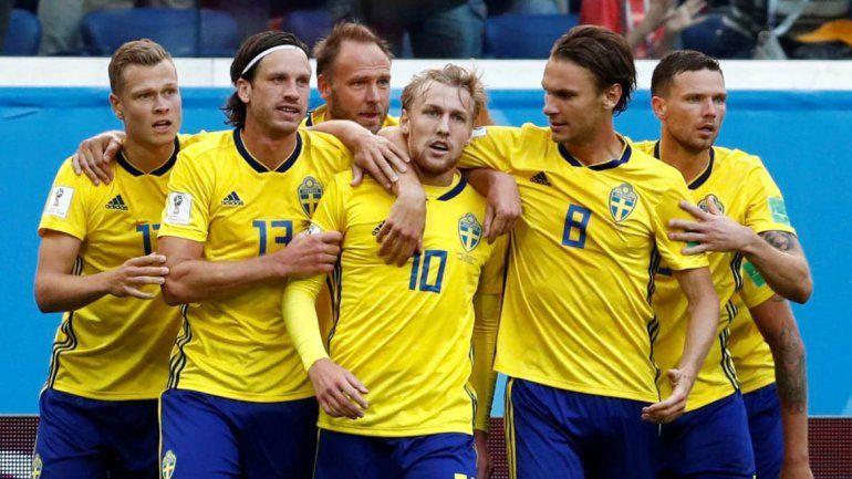 Suecia festejó sin su máxima figura y enfrentará a Inglaterra.