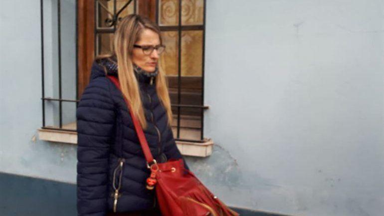 <p>Yamina Kroh, al salir de la Comisaría de la Mujer, en Gualeguaychú, para visitar a su hija, Nahir Crédito: R2820.com</p>