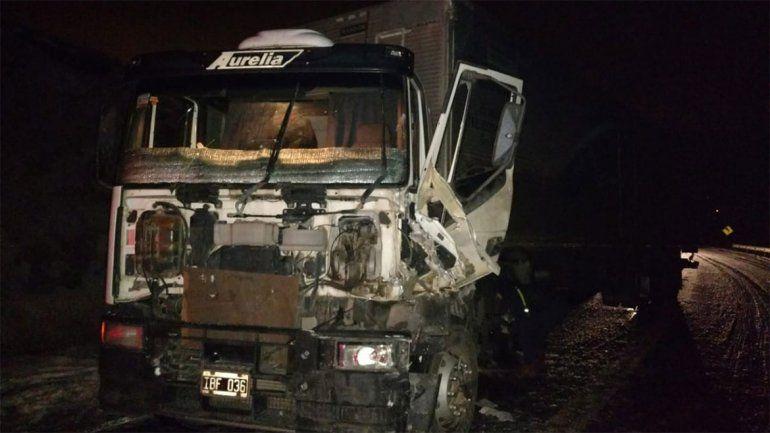 Por hielo en la calzada, dos camiones chocaron de frente en la Ruta 40, a 9 kilómetros de Junín