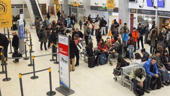 el aeropuerto ya no da abasto y colapsan los servicios