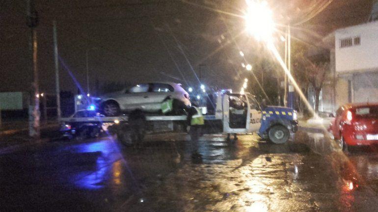 Policía borracho perdió el control del auto, volcó, se negó al alcotest y agredió a efectivos