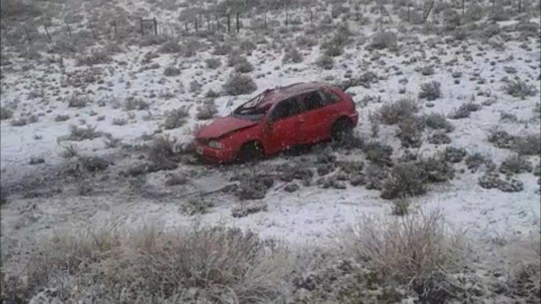 Perdió el control de su auto por la presencia de la nieve y el hielo