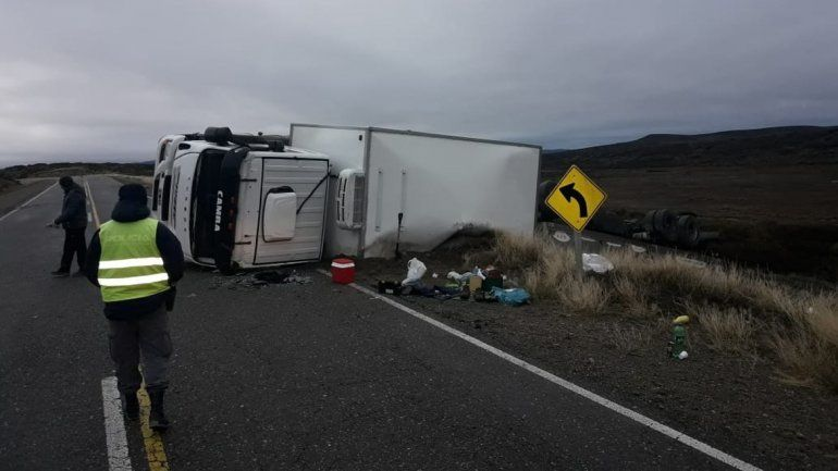 Un camionero se quedó dormido y volcó en la Ruta 40