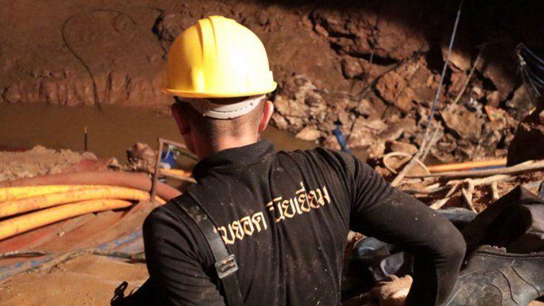 Ya rescataron a cuatro de los trece nenes atrapados en la cueva