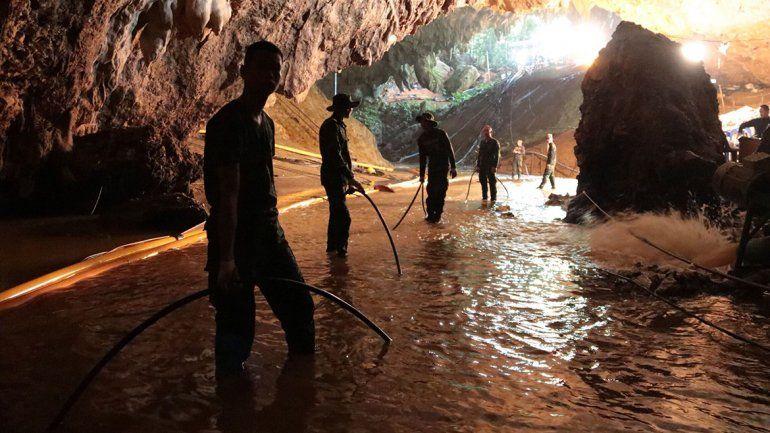 Rescataron al quinto chico atrapado en una cueva de Tailandia