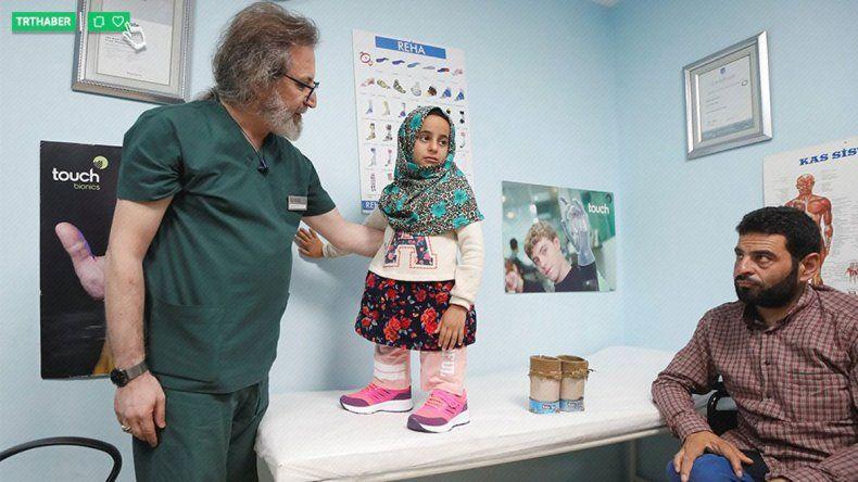 Maya nació sin piernas y su padre le había hecho una prótesis casera.