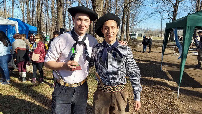 Dos pibes gauchos ganaron el concurso de asadores en Centenario