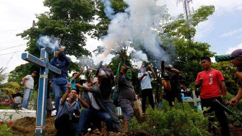 Hombres de civil armados y la policía se tirotearon con opositores.