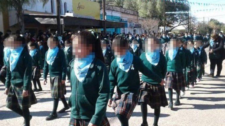 Video polémico: alumnos de un colegio marcharon con pañuelos celestes contra el aborto