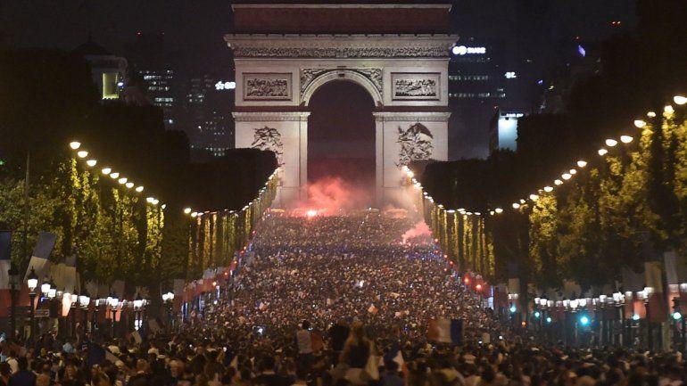 Más Arco del Triunfo que nunca. El emblemático monumento de París fue uno de los escenarios de los multitudinarios festejos.