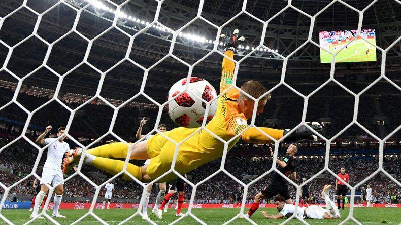 Enorme imagen. Momento en que la pelota supera la estirada del arquero inglés Pickfor y es el empate.
