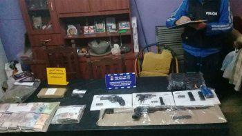 buscaban objetos robados y hallaron plata, droga y armas