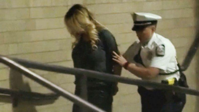 Stormy Daniels fue acusada de tocar con sus senos a los hombres.