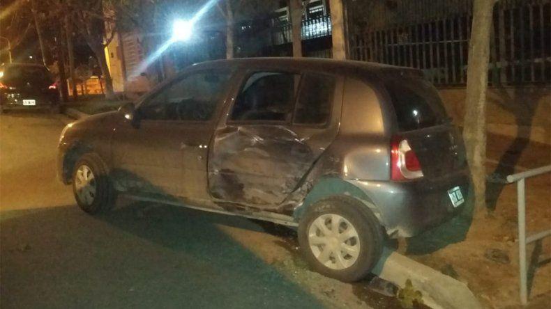 Se le soltó el freno de mano, chocó a un auto estacionado y lo subió a la vereda