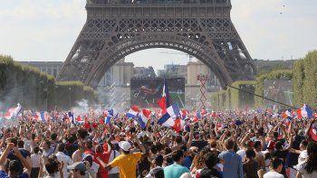 alegria: una multitud celebro en la torre eiffel
