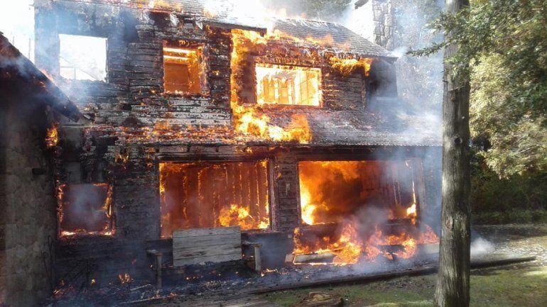 Un incendio destruyó por completo una casa en el barrio Cumelén