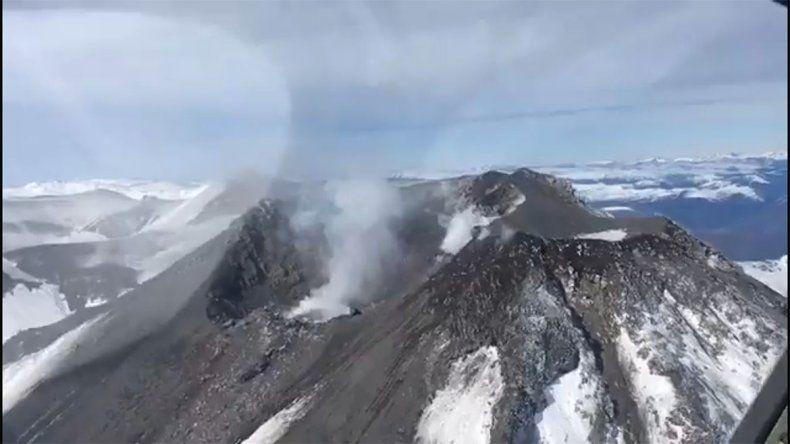 Mirá el sobrevuelo al volcán Chillán: desde Defensa Civil llevan tranquilidad para el norte neuquino