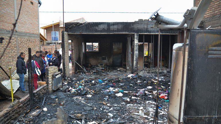 Volvían de vacaciones y se enteraron que se les prendió fuego la casa: perdieron todo