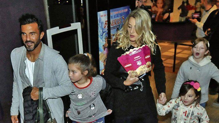 Poroto y Mica se mostraron junto a las hijas del futbolista en el teatro.