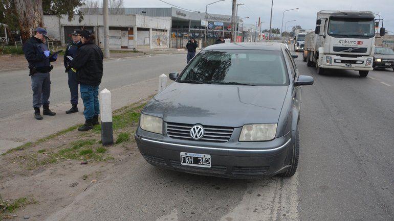 Los delincuentes abandonaron el auto y se fugaron en una camioneta que los esperaba a pocos metros.