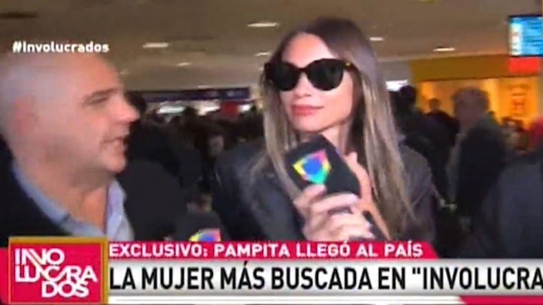 Pampita viajó al exterior tras la crisis con Pico y el escandaloso final de su programa en Telefe. Ayer volvió con cara de pocos amigos hacia la prensa.