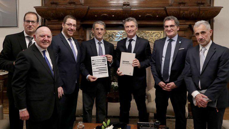 Macri y autoridades de la AMIA. Hoy se cumplen 24 años del atentado.