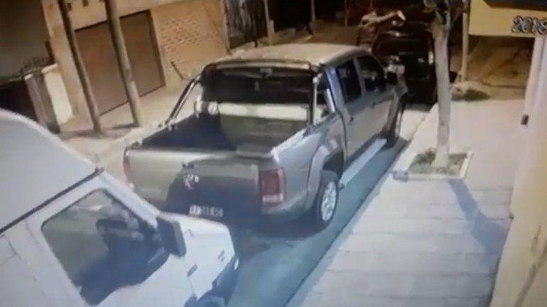 Quedó filmado cortándole los frenos al auto de su ex