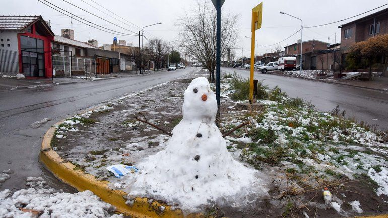 Fotogalería: postales de una mañana nevada en Neuquén