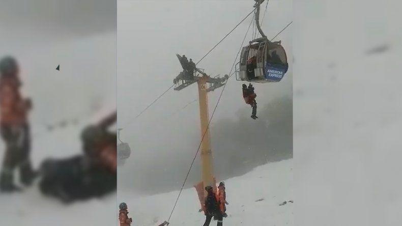 Rescataron a seis personas de un teleférico en el cerro Bayo
