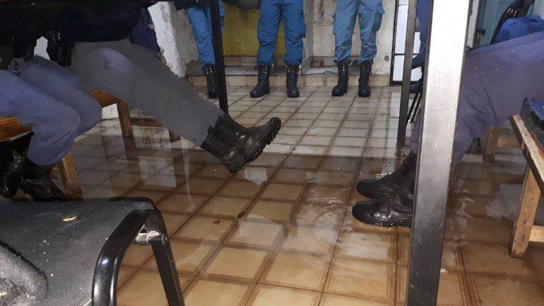 Se inundó la Comisaría 7 de Plottier: mirá cómo quedó